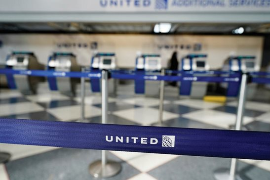 An empty United Airlines ticketing desk at Chicago O'Hare International in October. Facing a suit by passengers who want refunds for cancelled flights, a federal judge ruled more discovery is needed to determine if the pandemic qualifies as an event beyond United's control.